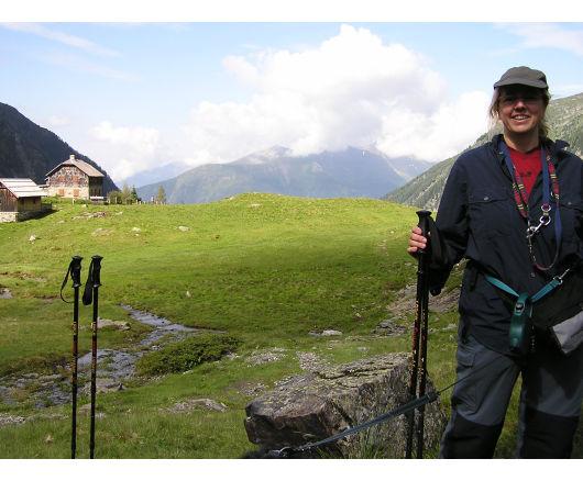 Andrea. Im Hintergrund die Dösener Hütte.