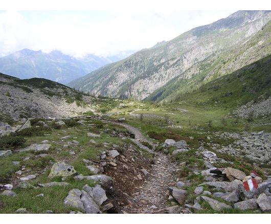 Jetzt war es nicht mehr weit. Der Blick führt zurück in die flachere Passage, die oberhalb der Dösner Hütte durchlaufen wurde.