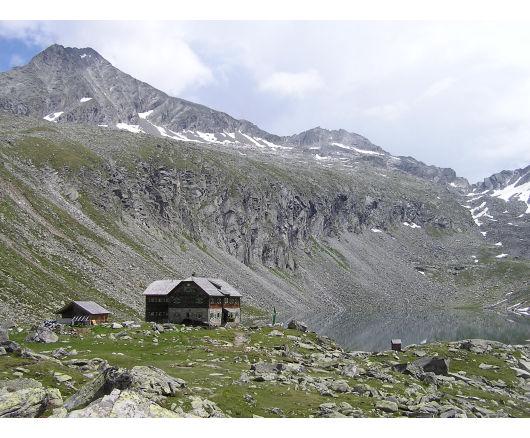 Das Arthur-von-Schmidhaus. Das Säuleck zeigt sich über der Hütte