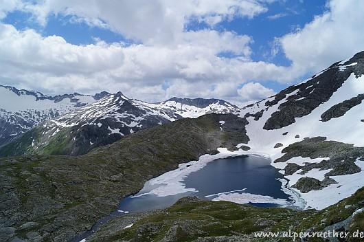 Im weiteren Aufstieg der Blick zum Unteren Schwarzhornsee.