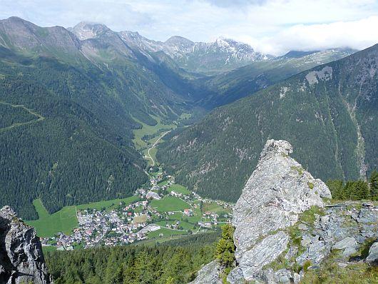 Der Blick hinab nach Mallnitz und ins Tauerntal. Mallnitz liegt hier etwa 1000 Meter unter uns.