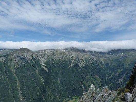 Hier geht der Blick zur Ankogelgruppe. Die Wolken im Norden klebten förmlich auf dem Alpenhauptkamm fest. Das war auch gut so.