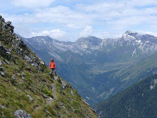 Am steilen Nordhang ging es nun weiter. Im Hintergrund die Goldberggruppe. Der Vordere Geißlkopf -2974 m- ganz rechts; der Feldseekopf -2864 m- in Wolken.