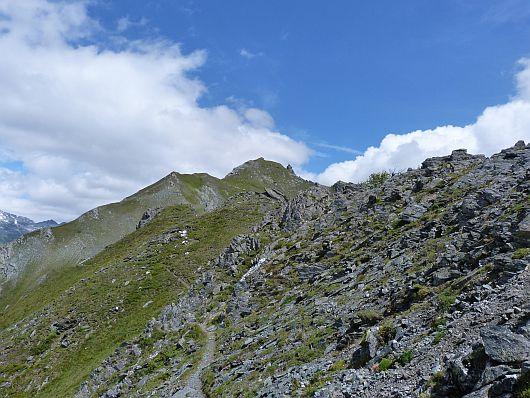 Jetzt lag eine schöne, aber teilweise steile, Gratwanderung vor uns. Der Törlkopf ist in der Bildmitte zu sehen.