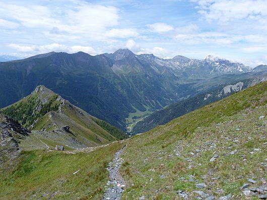 In der ersten Steilstufe wurde schon deutlich an Höhe gewonnen. Der Auernig ist ganz links zu sehen. Im Hintergrund das Tauerntal mit Goldberggruppe.