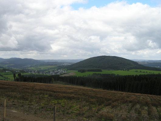"""Links ist Grafschaft erkennbar. Im Zentrum des Bildes der """"heilige Berg des Sauerlandes""""; der Wilzenberg."""