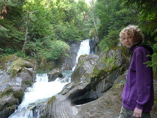 Die ersten kleinen Wasserfälle zu Beginn des Weges.