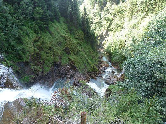 Von der Oberkante des Wasserfalls geht der Blick in die Tiefe.