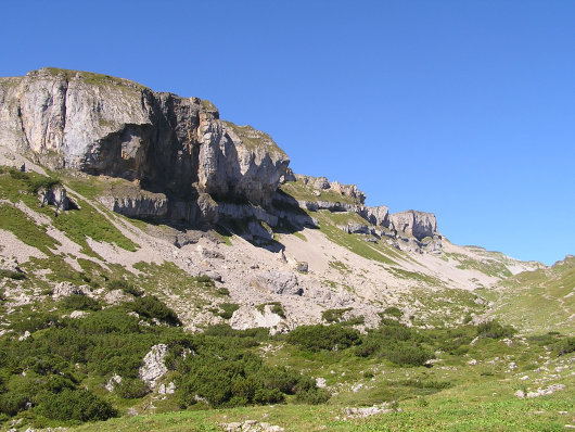 Irgendwo musste diese Felswand durchlaufen werden. Der Gipfel lag ganz am Ende der Felsmauer.