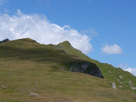 Der Gipfel (Bildmitte) in Sicht. 20 Minuten sollte es nur noch dauern, bis wir am Gipfelkreuz standen.