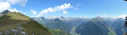 Panorama vom Steinernden Manderl. In der Bildmitte das Seebachtal mit dem darüberliegendem Ankogel. Rechts das Dösener Tal mit Hochalmspitze und Säuleck im Abschluss. Zum vergrößern reicht ein K L I C K auf das Bild.