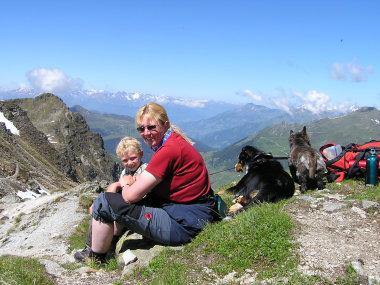 Unsere Hunde schauen sich die Schweiz an, wobei Andrea und Nils ????sterreich bevorzugen.