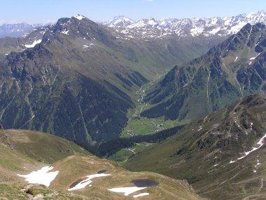 Der Abstieg fuehrte vorbei an den kleinen Seen zum linken Bildrand. Dann ging es abwaerts bis zur Kesselhuette in der Bildmitte und dann ins Tal.