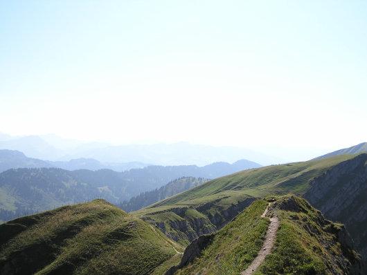Schön ist hier der Aufstiegsweg zu sehen, der sich am gesamten grasbewachsenen Kamm entlang zieht.