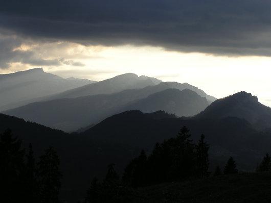 Langsam wurde es dunkel. Am Horizont zeigt sich der Hohe Ifen.