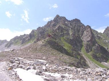 Die imposante Lage der Saarbrueckener Huette (Bildmitte).