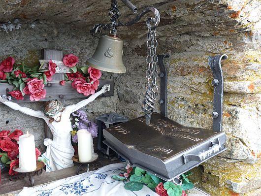 Die Gipfelkapelle mit Altar, Glocke, Gipfelbuch....