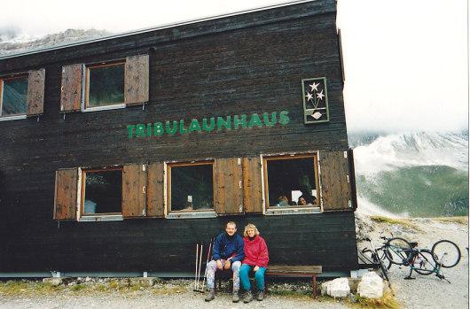Andrea und Udo vor dem Tribulaunhaus.