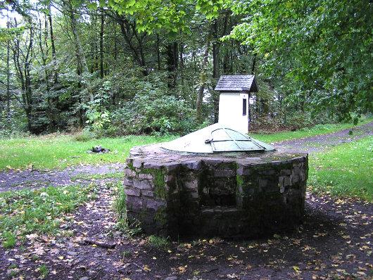 Brunnen am Wilzenberg-Turm.