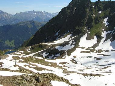 Blick auf den noch zugefrorenen Herzsee (rechts).