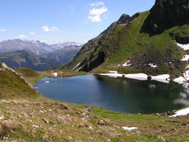 Der Schwarzsee. Im Hintergrund die Lechtaler Alpen.