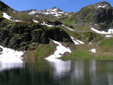 Schwarzsee mit Wormser Huette am Grat (re. der Bildmitte).